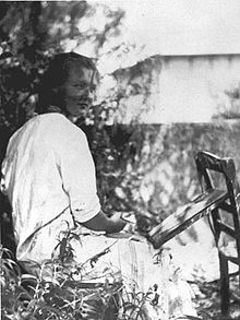 charlotte_salomon_painting_in_the_garden_about_1939