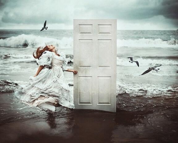 chica-en-la-playa-abriendo-puerta
